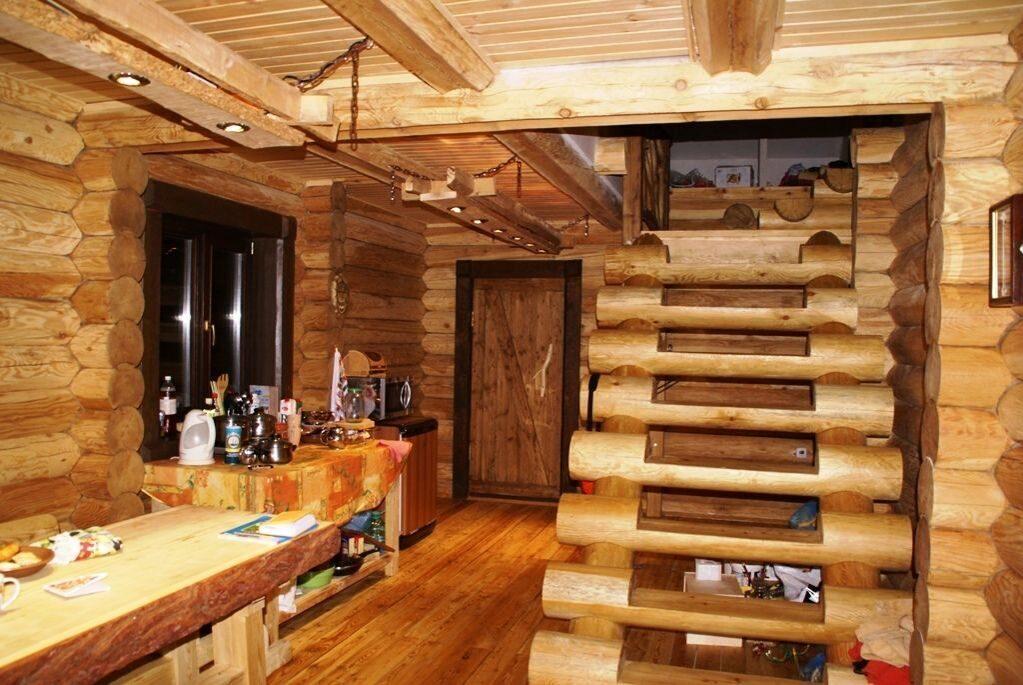Лестница из дерева в интерьере дома