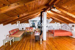 Деревянная отделка потолка в мансарде - доски и балки