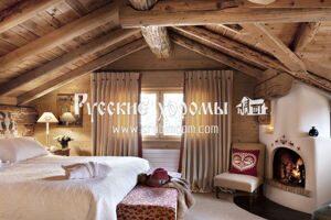 Потолок в мансарде деревянного дома - доски и балки